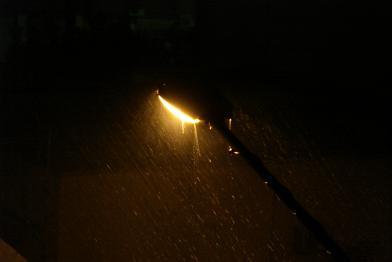 مطر غزير على مصباح شارعنا