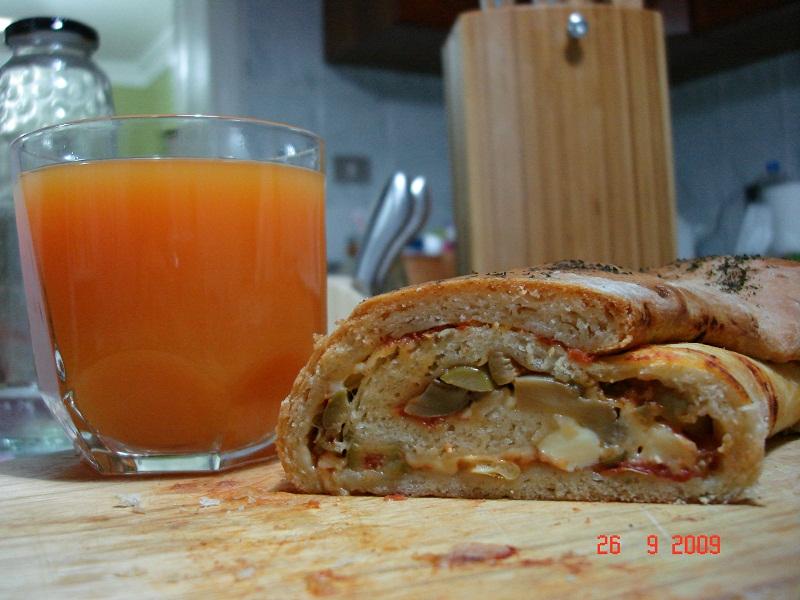 بيتزا ملفوفة منزلية رهييييبة مع كوب عصير كوكتيل