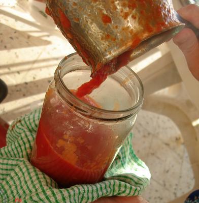 مرحلة التعبئة أكثر مرحلة تؤلم الأيدي نظراً لسخونة الطماطم الشديدة!