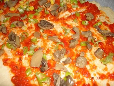 بيتزا أثناء الإعداد