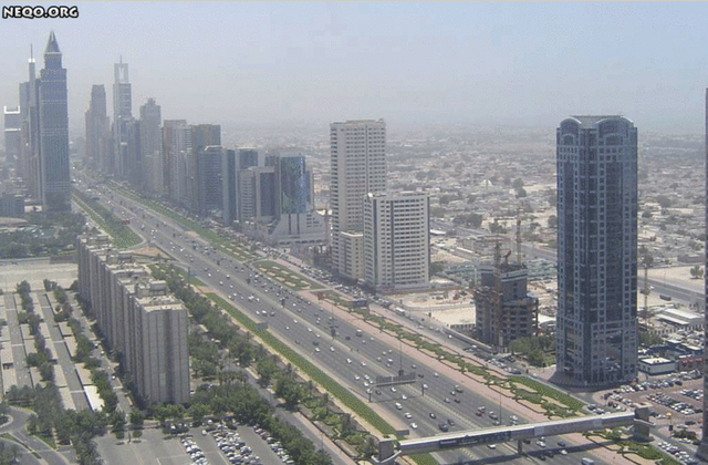شارع الشيخ زايد بمدينة دبي في الإمارات العربية المتحدة سنة 2004