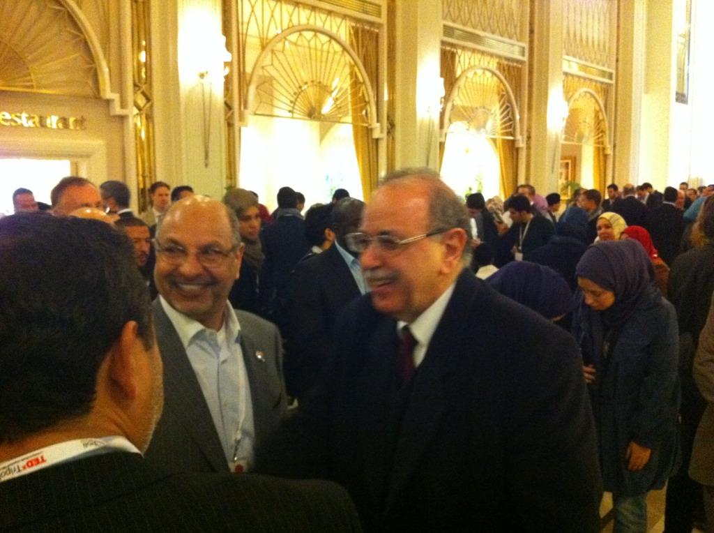 الدكتور عبدالرحيم الكيب يسلم على بعض من المتواجدين